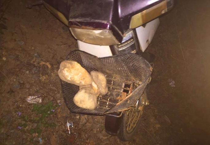 Chiếc xe máy và số lượng đá hung thủ chưa kịp sử dụng bị nhà xe truy đuổi và bắt được - Ảnh nhà xe cung cấp