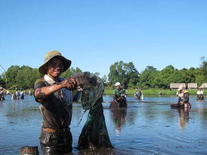 Độc đáo lễ hội phá trằm bắt cá, huyên náo cả vùng đầm nước - Ảnh 6.