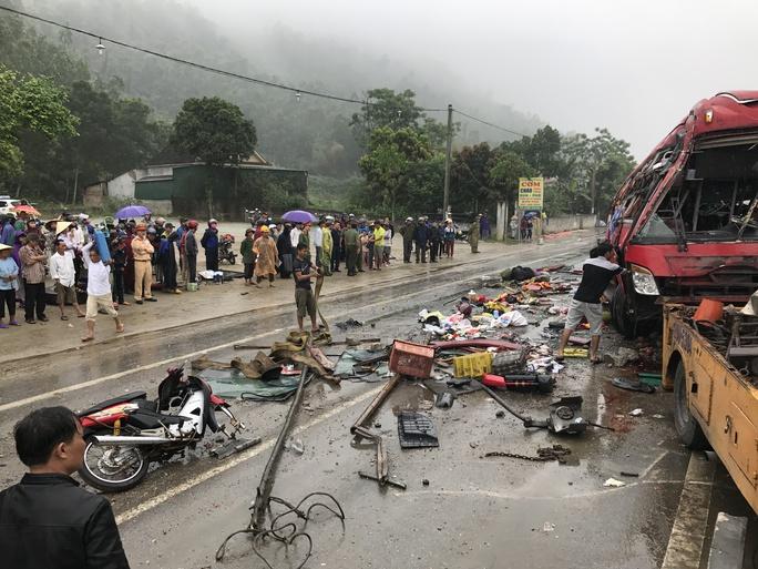 Hiện trường kinh hoàng vụ lật xe khách 9 người thương vong