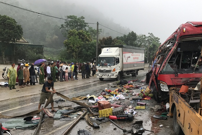 Rất đông người dân tập trung tại hiện trường vụ tai nạn.