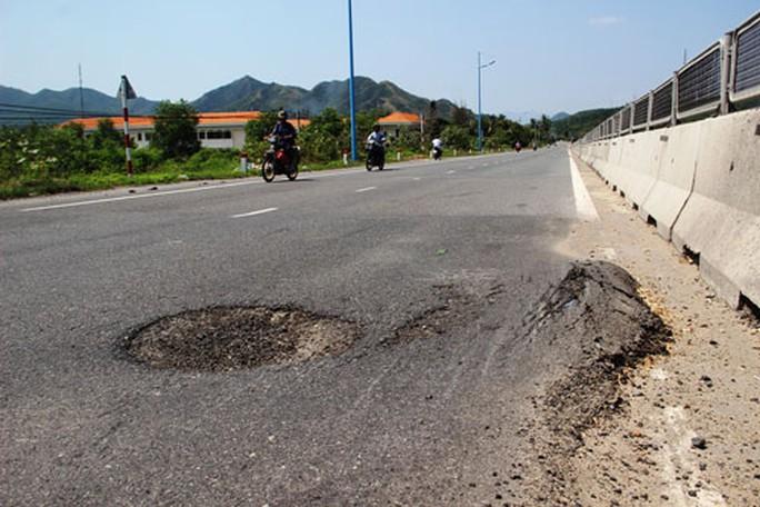 Quốc lộ 1 bị hư hỏng ở thôn Lương Hòa và Lương Sơn, xã Vĩnh Lương, TP Nha Trang, tỉnh Khánh Hòa Ảnh: KỲ NAM