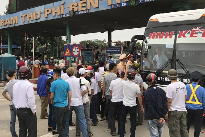 Người dân dùng tiền lẻ thanh toán khi qua trạm thu phí khiến giao thông trên quốc lộ 1A ùn tắc.