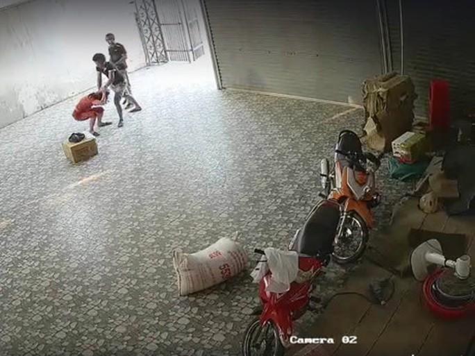 Hai thanh niên đạp, đánh liên tục vào mặt một phụ nữ - Ảnh 1.