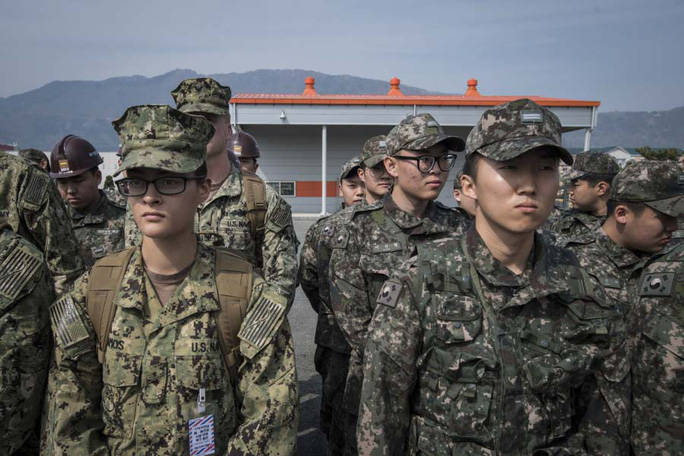 Binh sĩ Mỹ và Hàn Quốc tham gia tập trận chung tại Jinhae hôm 13-3 Ảnh: Hải quân Mỹ