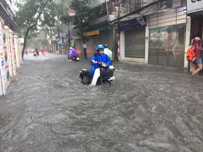 Phố Vũ Trọng Phụng (quận Thanh Xuân, Hà Nội) ngập sâu trong nước sau cơn mưa sáng 17-7  Ảnh: Nguyễn Hưởng