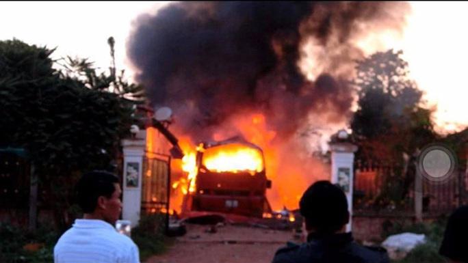 Cháy xe khách ở Lào, vợ chồng chủ xe người Việt thương vong - Ảnh 1.