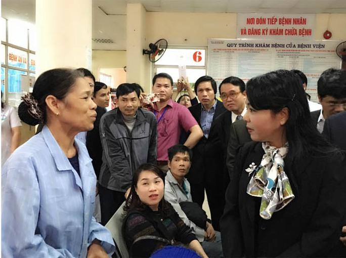 Bộ trưởng Bộ Y tế lắng nghe ý kiến của người bệnh về chất lượng khám chữa bệnh ở bệnh viện Ảnh: NGỌC DUNG