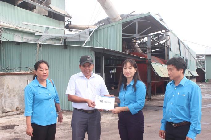 Bám sát hỗ trợ công nhân vùng bão lũ - Ảnh 1.