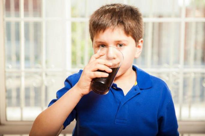 Nghiên cứu cho thấy trẻ uống nhiều nước ngọt dễ bị gan nhiễm mỡ. Ảnh MNT