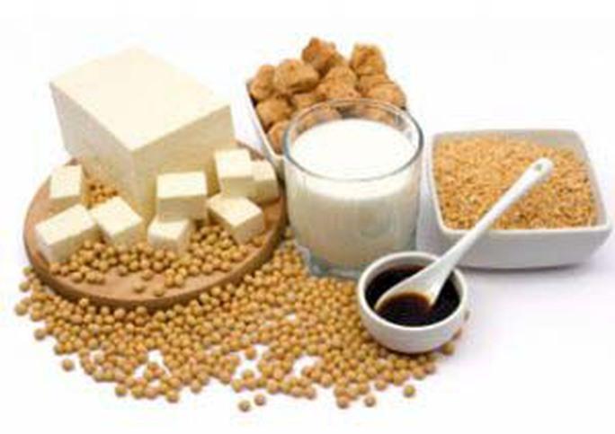 Có thể bổ sung nguồn đạm đậu đành bằng sữa đậu nành, đậu hũ, nước tương… Ảnh NMD COLUMNS