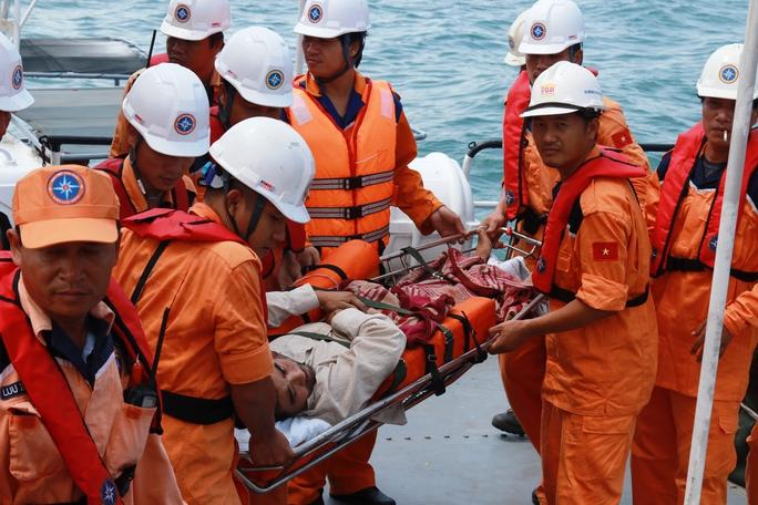 Cứu nạn thuyền viên bị tai biến liệt nửa người ở Trường Sa - Ảnh 1.