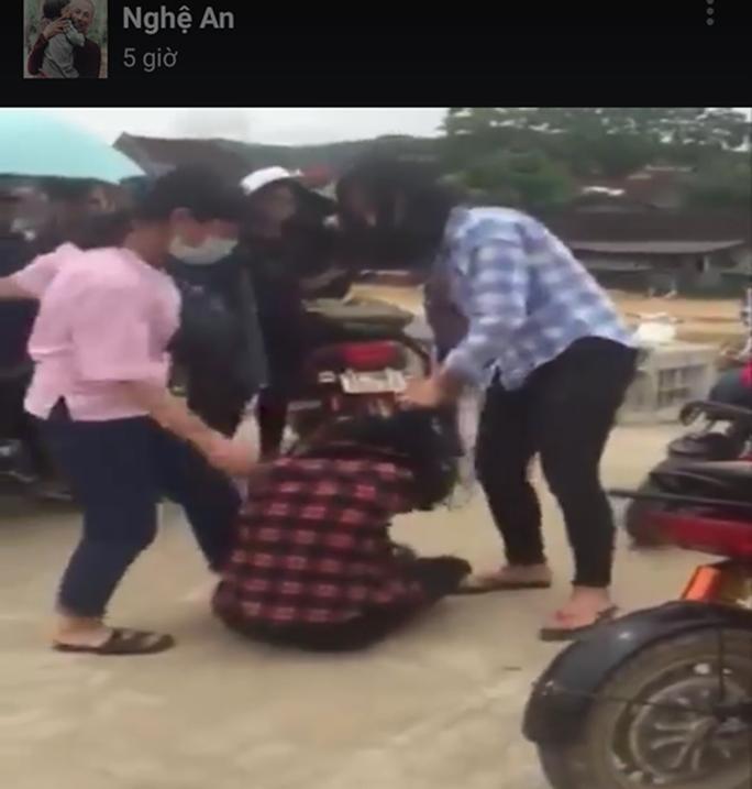 2 nữ sinh đánh hội đồng bạn dã man là học sinh lớp 10 - Ảnh 1.
