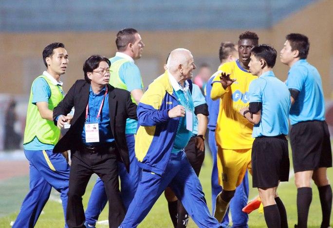 HLV Petrovic lao vào dọa đánh trọng tài Hiền Triết vì từ chối bàn thắng của FLC Thanh Hóa Ảnh: Hải Anh