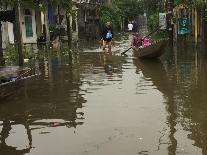 Miền Trung: Nhiều nơi còn ngập chìm trong nước, cô lập - Ảnh 2.