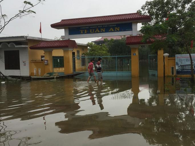 Miền Trung: Nhiều nơi còn ngập chìm trong nước, cô lập - Ảnh 3.