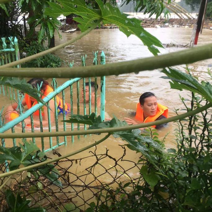 Miền Trung: Nhiều nơi còn ngập chìm trong nước, cô lập - Ảnh 5.