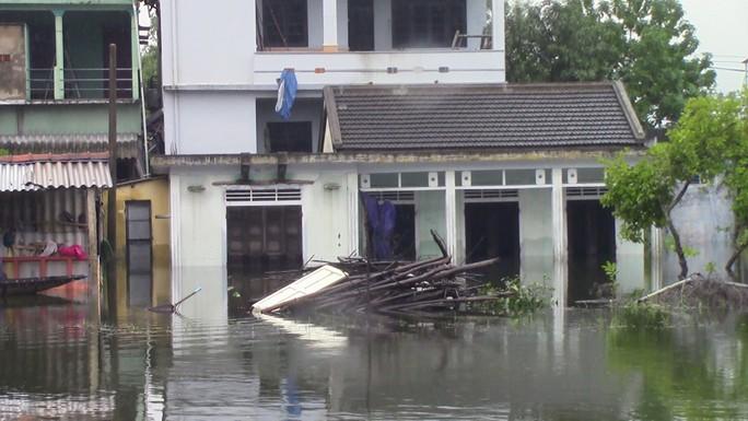 Miền Trung: Nhiều nơi còn ngập chìm trong nước, cô lập - Ảnh 7.