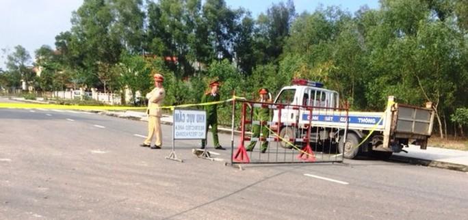 Tranh chấp đất đai, 3 người dùng hung khí đe dọa công an - Ảnh 3.