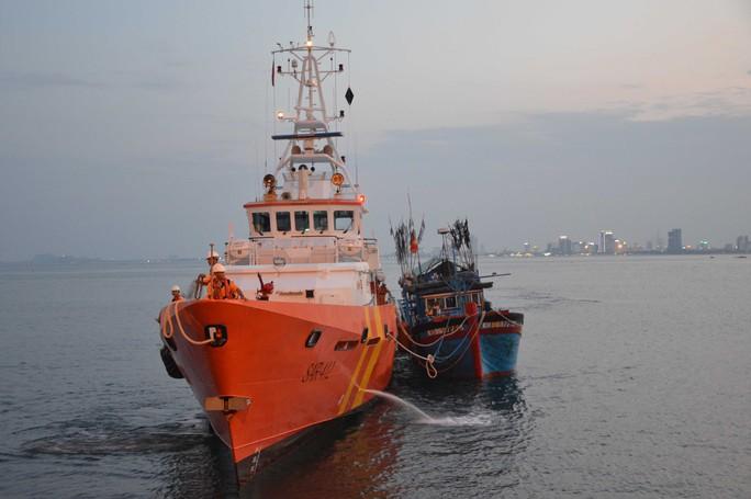 Tàu SAR 412 lai dắt tàu cá gặp nạn về bờ