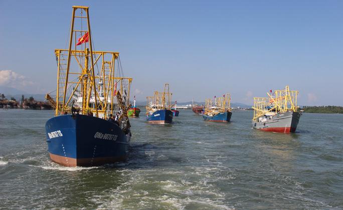 Đội tàu vỏ thép của ngư dân huyện Núi Thành, tỉnh Quảng Nam hướng ra ngư trường Hoàng Sa, Trường Sa