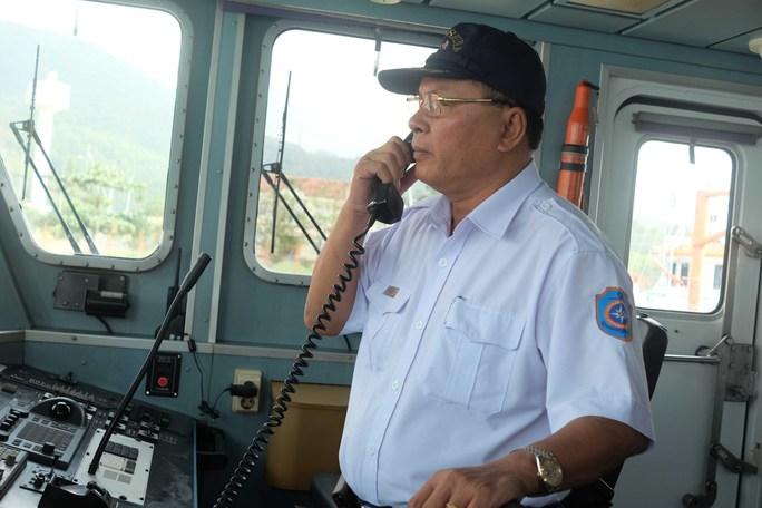 Thuyền trưởng Phan Xuân Sơn trên tàu SAR 412
