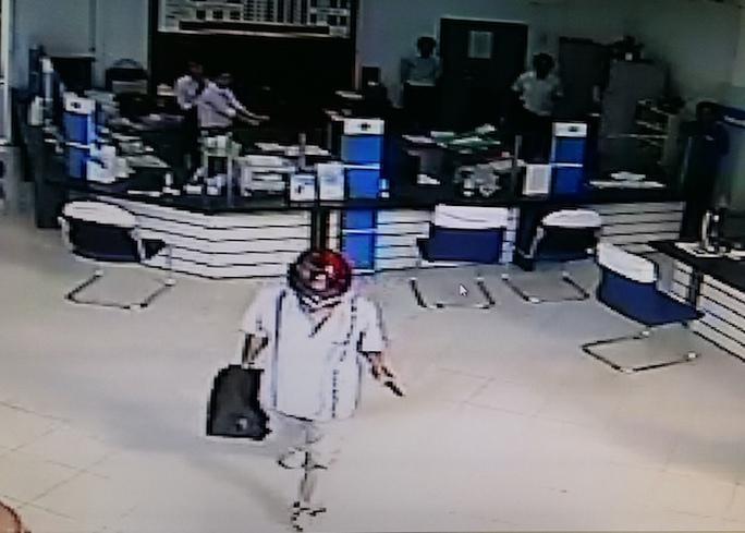 Truy bắt kẻ cướp ngân hàng chớp nhoáng ở Vĩnh Long - Ảnh 1.