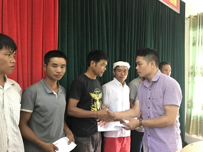 Báo Người Lao Động trao 105 triệu đồng hỗ trợ người dân vùng lũ - Ảnh 1.