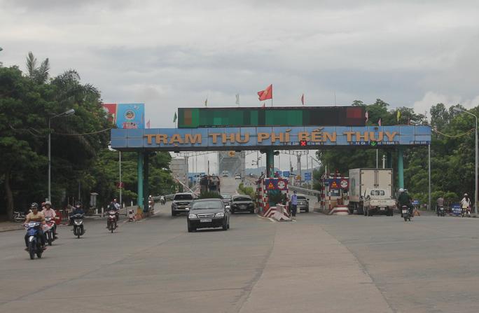 Phí BOT cầu Bến Thủy (nối tỉnh Nghệ An và Hà Tĩnh) đã giảm sau khi người dân nhiều lần chặn xe trên cầu để phản đối Ảnh: ĐỨC NGỌC