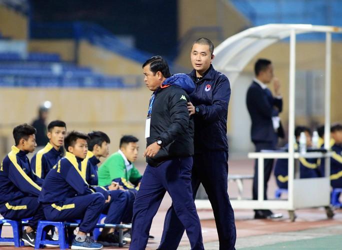 Trọng tài Thư ra khuyên trợ lý HLV Nguyễn Thanh Sơn khi thấy ông nổi nóng ra phản ứng một quyết định trên sân của đồng nghiệp