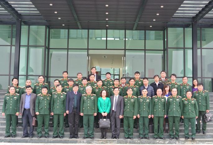 Các đại biểu dự cuộc họp chụp ảnh tại trụ sở Trung tâm Gìn giữ hoà bình Việt Nam