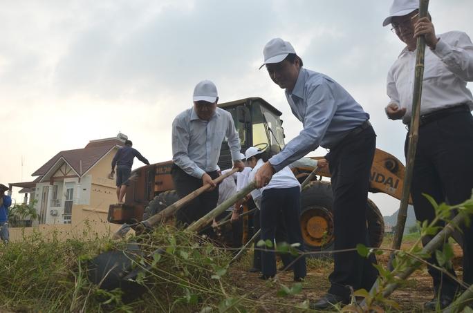 Chủ tịch Đà Nẵng cùng 3.000 người dân làm sạch môi trường đón APEC - Ảnh 4.