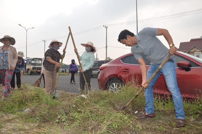 Chủ tịch Đà Nẵng cùng 3.000 người dân làm sạch môi trường đón APEC - Ảnh 6.