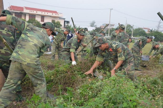 Chủ tịch Đà Nẵng cùng 3.000 người dân làm sạch môi trường đón APEC - Ảnh 7.