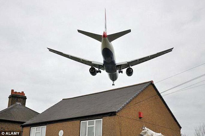 Tiếng ồn máy bay tăng nguy cơ cao huyết áp - Ảnh 1.
