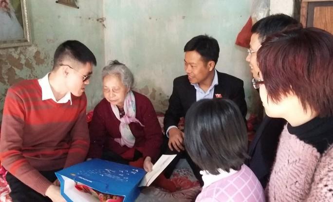 Anh Trần Thế Đạt (bìa trái), trong buổi trao quà từ thiện.