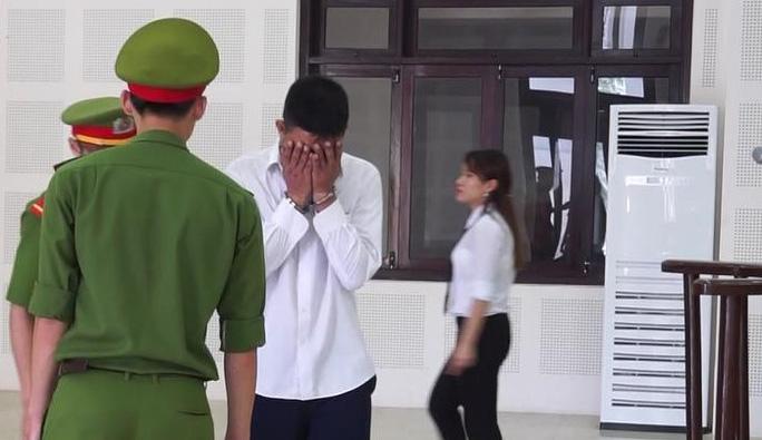 Kẻ trốn truy nã bật khóc tại tòa khi thấy con trai - Ảnh 1.
