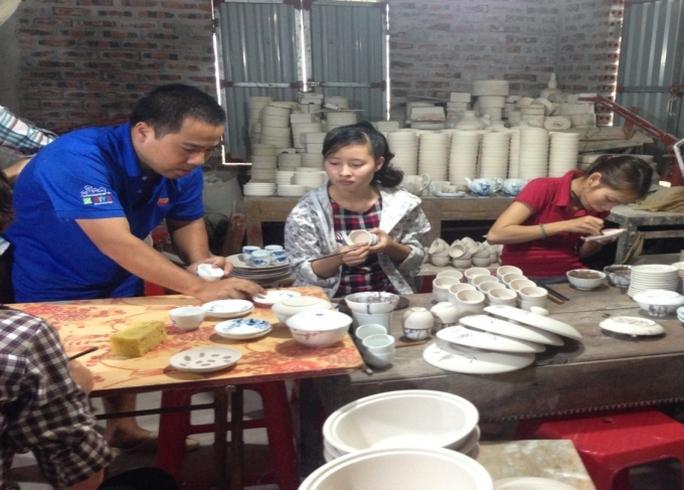 Một ngày của anh Vang khá bận rộn, vừa làm ông chủ, vừa là thợ chính lại là thầy dạy nghề cho các nhân công ở xưởng.