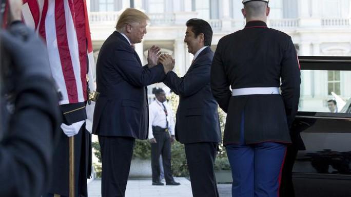 Ông Trump chào đón ông Abe tại Nhà Trắng. Ảnh: AP