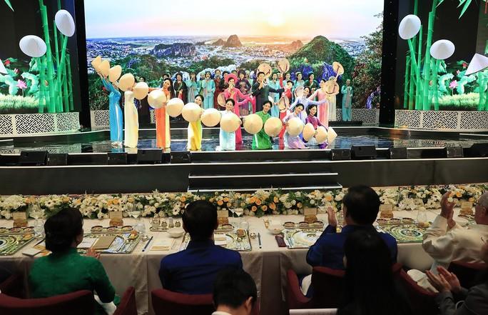Những hình ảnh ấn tượng tại tiệc chiêu đãi các nhà lãnh đạo APEC - Ảnh 1.