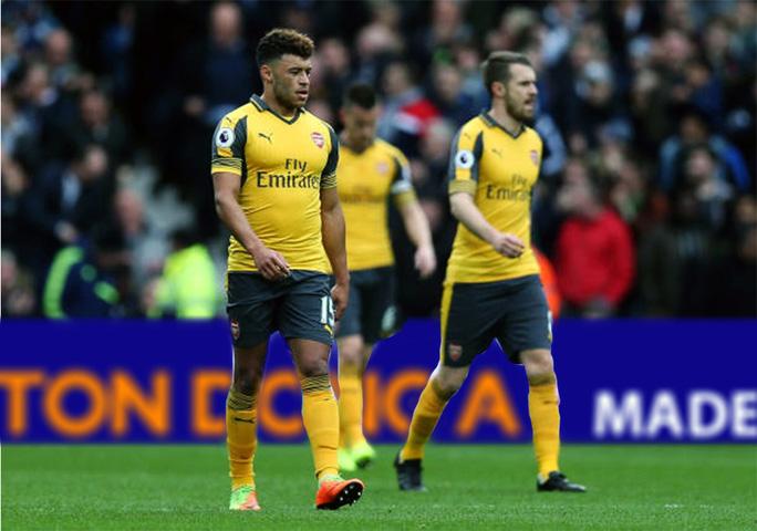 Chamberlain (trái) và các cầu thủ Arsenal thẫn thờ sau thất bại trước West BromẢnh: EPL