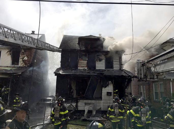 Phát hiện thi thể 2 cha con ôm chặt nhau trong ngôi nhà cháy