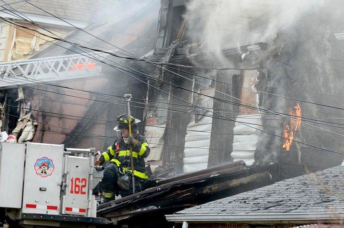 Căn nhà bốc cháy dữ dội tại khu Queens Village. Ảnh: New York Daily News