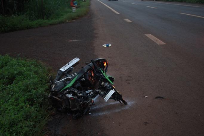 Xe cấp cứu tông xe máy, 2 người thương vong - Ảnh 3.