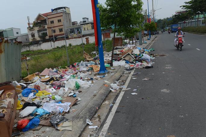 Một bãi rác khá lớn tràn ra cả mặt đường trên đường Kênh Tân Hóa (quận Tân Phú)