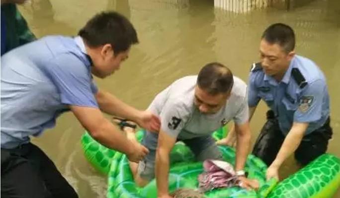 Trung Quốc: Cảnh sát dùng phao đồ chơi cứu dân thoát lũ - Ảnh 2.