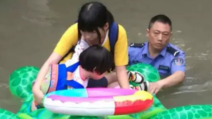Trung Quốc: Cảnh sát dùng phao đồ chơi cứu dân thoát lũ - Ảnh 1.