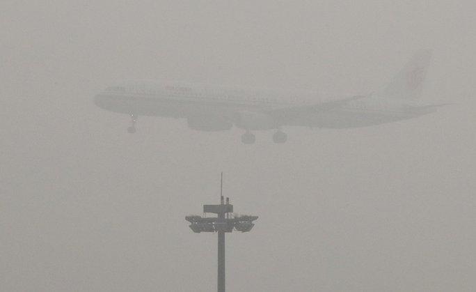 Hơn 300 chuyến bay ở Thiên Tây đã bị hủy hôm 1-1 do khói bụi mù mịt. Ảnh: AP
