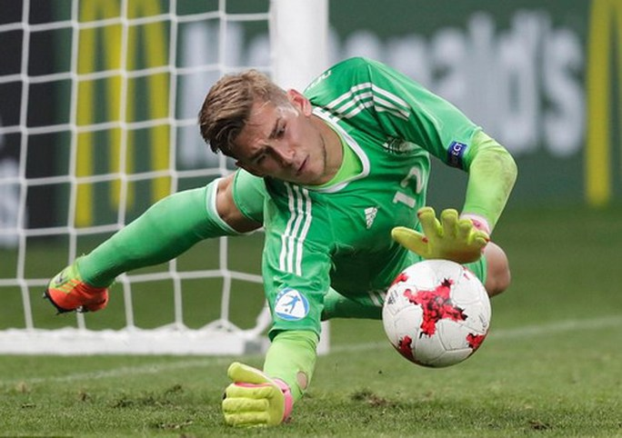 Giấu bí kíp trong vớ, thủ môn U21 Đức loại tuyển Anh ở loạt đá penalty - Ảnh 3.