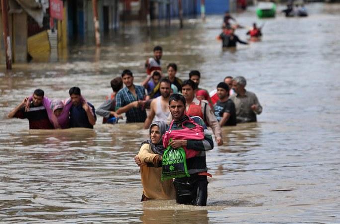 Liều mạng cứu lụt - Ảnh 1.