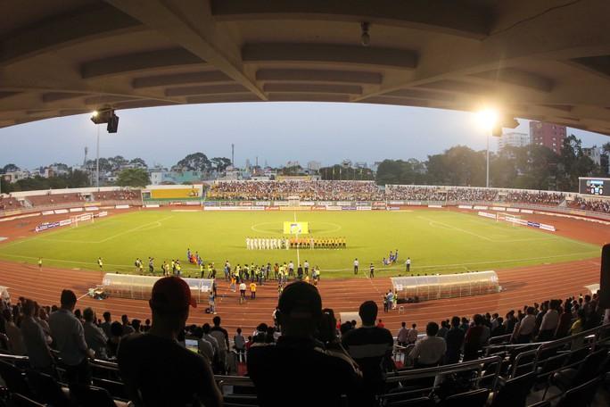 Sân Thống Nhất thường xuyên sáng đèn với nhiều hoạt động bóng đá, điền kinh… Ảnh: Quang Liêm